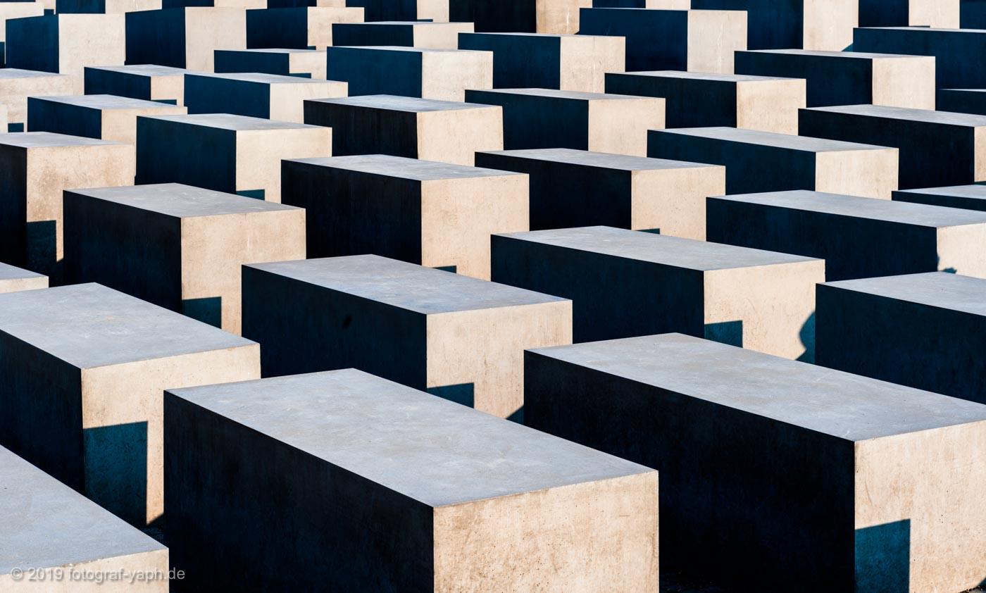 Das Denkmal für die ermordeten Juden Europas ist ganz in der Nähe vom Brandenburger Tor in Berlin und beeindruckt auf dem Foto von Fotograf Yaph durch harte Kontraste