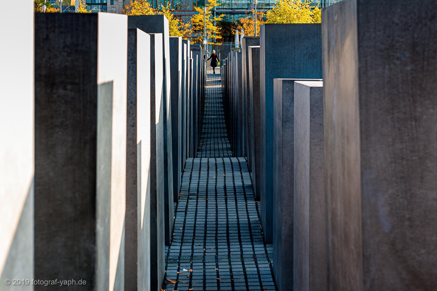 Die unterschiedlich hohen Stelen des Holocaust Denkmals in Berlin zeigen trotz ihrer Schlichtheit die Vielfältigkeit der Menschen für die sie stehen