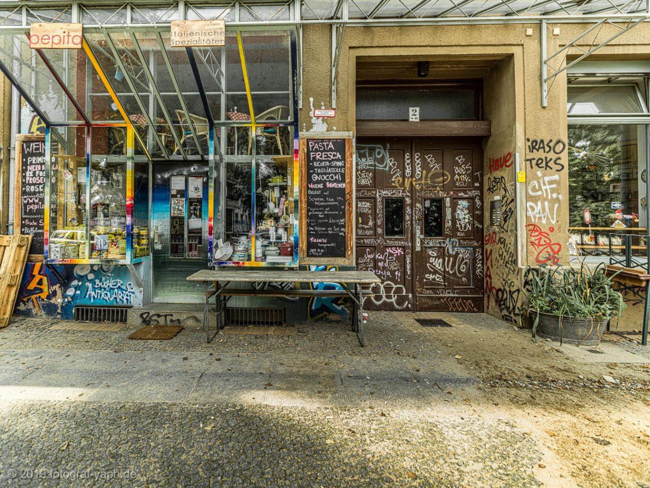 Im Berliner Kiez gibt es Ecken, die für Besucher und Touristen einfach unglaublich und verrückt sind und damit spannende Motive für Street Photography wie hier bei Fotograf Yaph.