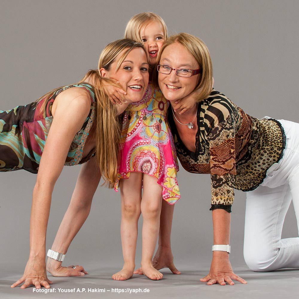 Familien Fotoshooting - Ein Bild mit Mama und Oma  aus dem Fotostudio Trier Yaph
