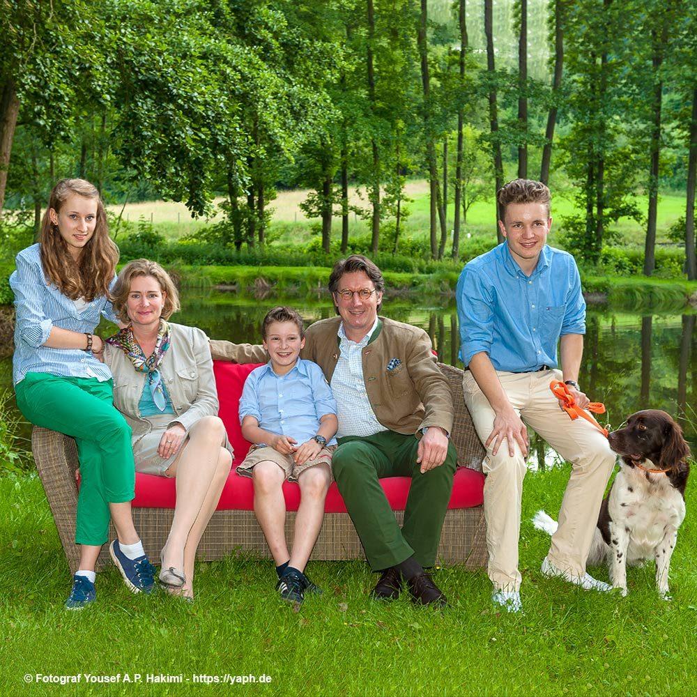 Fotoshooting in der grünen Landschaft des Rüssels Landhaus - Familie Rüssel bei Photography Yaph