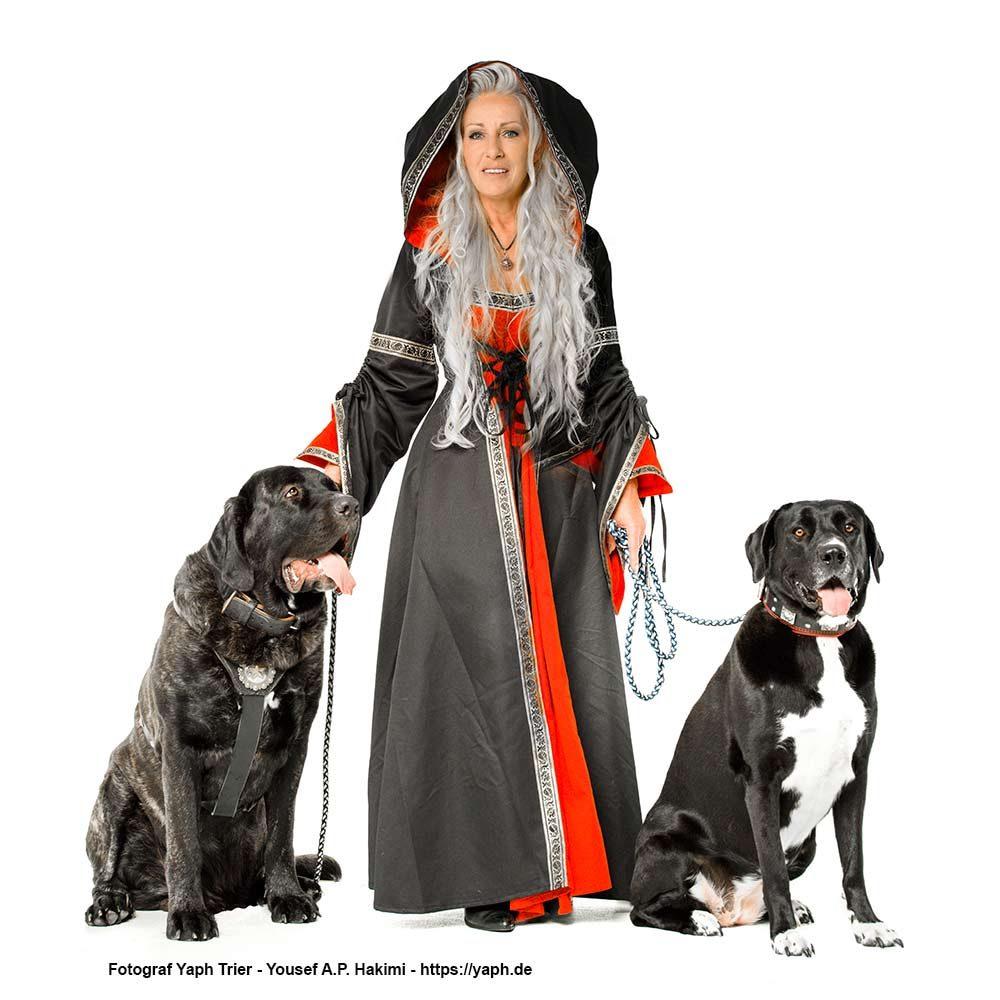 Elke und ihre beiden besten Freunde für Hundefotoshooting bei Yaph Photography