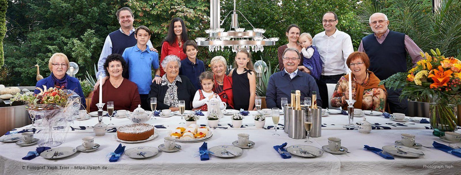 Familienfotos im Garten während der Familienfeier bei Fotograf Trier Yaph