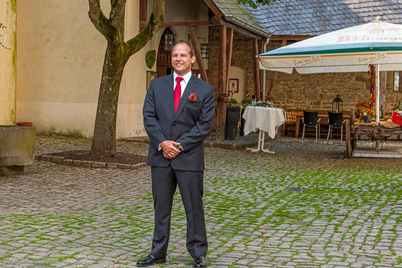 Porträts vom Bräutigam bei der Hochzeitsfeier