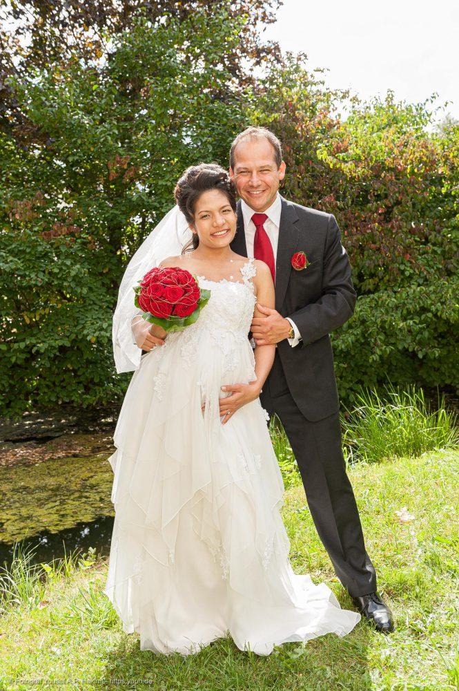 Bilder im Freien als Hochzeitsfotos vom Brautpaar fotografiert von Yaph Fotograf Trier