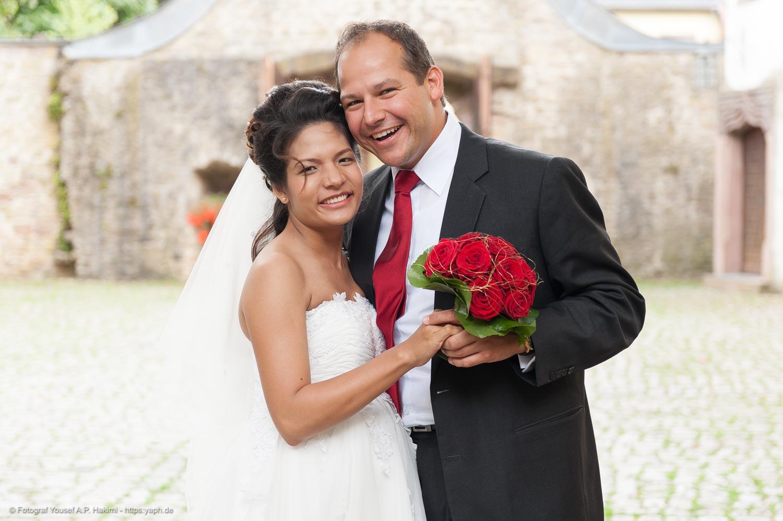 Photos des mariés après l'église par photographe Yaph de Trèves
