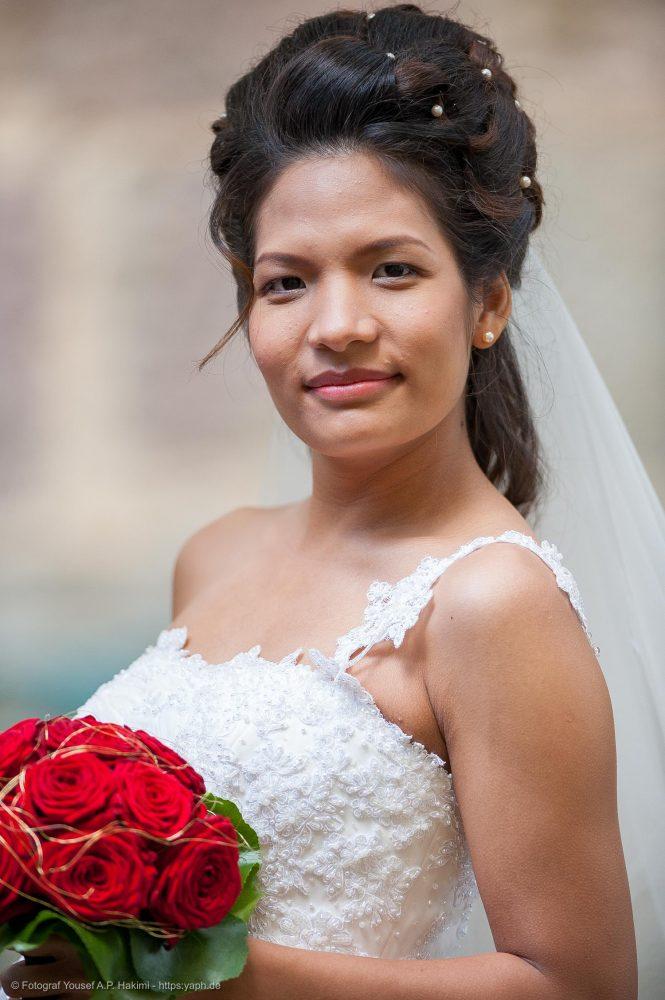 Brautbilder mit Hochzeitskleid und Brautstrauss als tolle Erinnerung an die Hochzeitsfeier von Fotostudio Trier Yaph