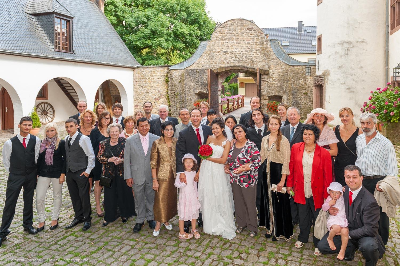 Ein Foto mit allen Gästen ist für das Brautpaar eine wichtige Dokumentation des Hochzeitstages