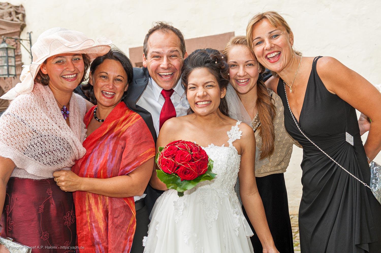 Porträts vom Brautpaar und den Gästen beim Hochzeitsfotoshooting von Fotostudio Trier Yaph