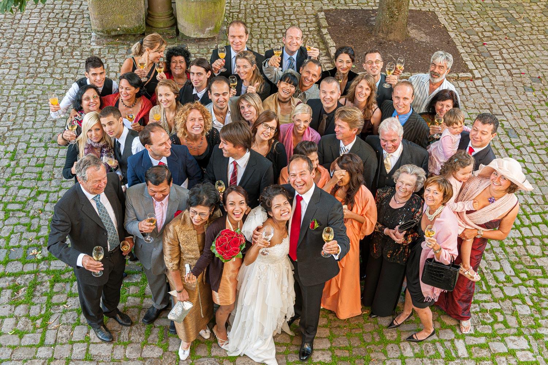 Gruppenfotos bei der Hochzeitsfeier bei denen alle Spaß haben fotografiert von Fotostudio Trier Yaph