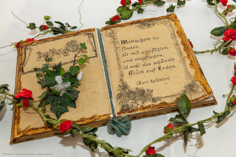 Hochzeitsfotos auf dem Standesamt haben ebenfalls poetische Momente bei der Fotografie von Yaph