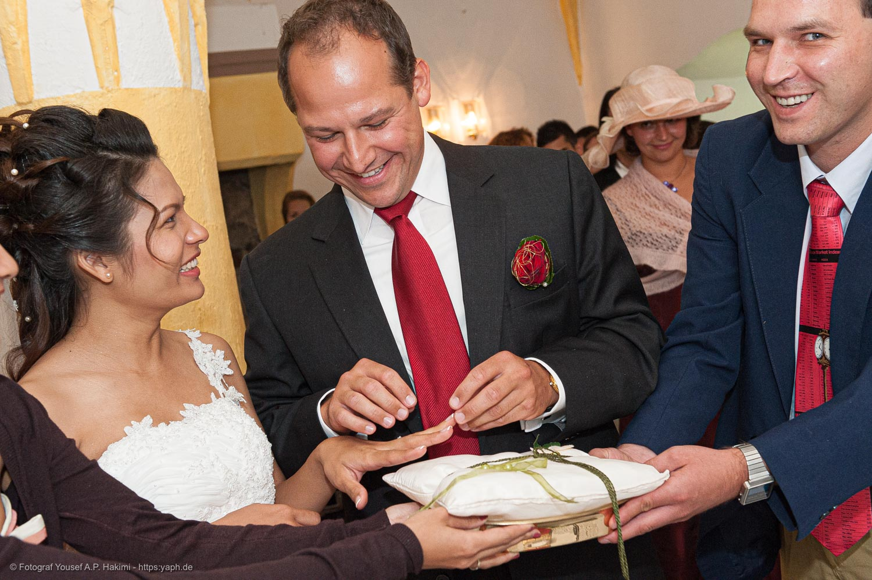 Bilder mit den Trauzeugen sind klassische Brautbilder