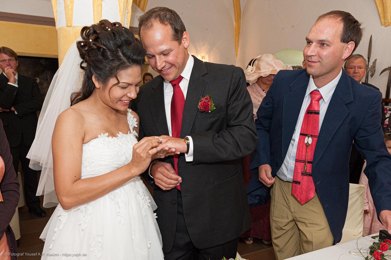Bilder vom Ringe-Anstecken als Höhepunkt der Hochzeits-Fotoreportage