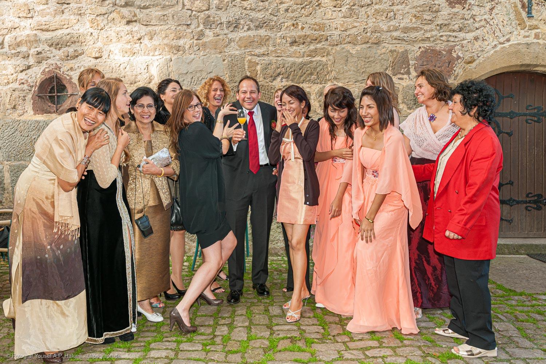 Fotos vom Bräutigam und allen Junggesellinnen sind lustige Fotomotive bei der Hochzeitsreportage
