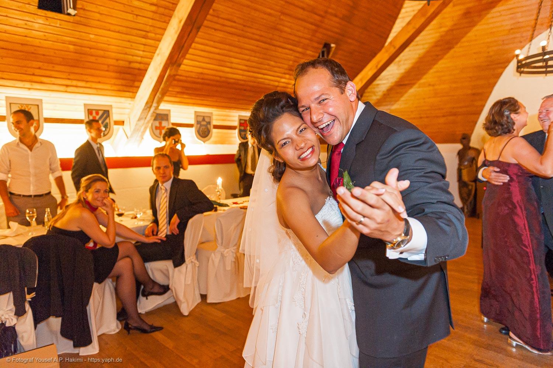 Hochzeitsfotograf Trier - Yaph für die Hochzeitsfotos von Get und Sascha auf der Burg mit allen wichtigen Momenten.