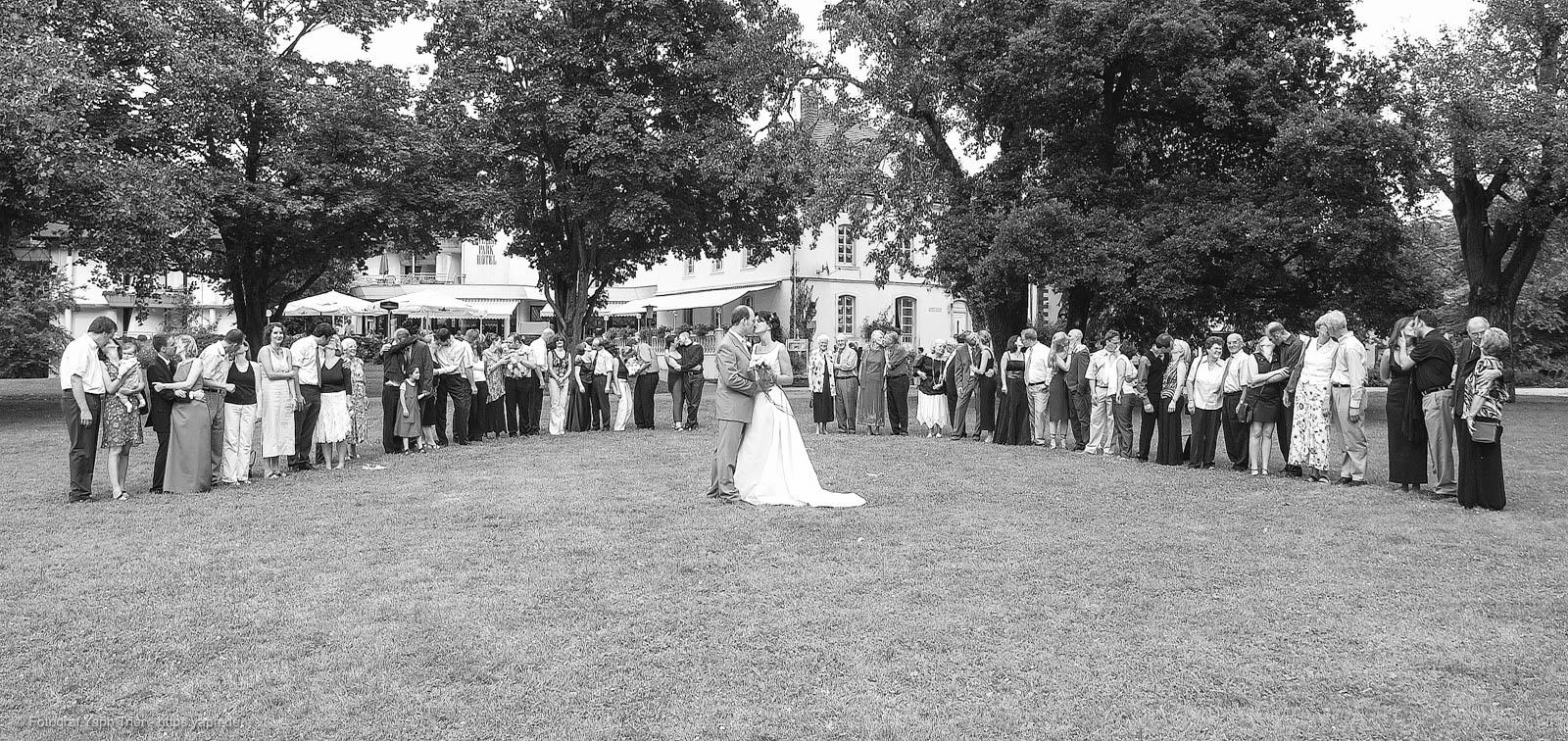 Hochzeitsfotos Mireille-Marco mit Hochzeitsgästen im Nellspark Fotograf Trier - Yaph Nells Park