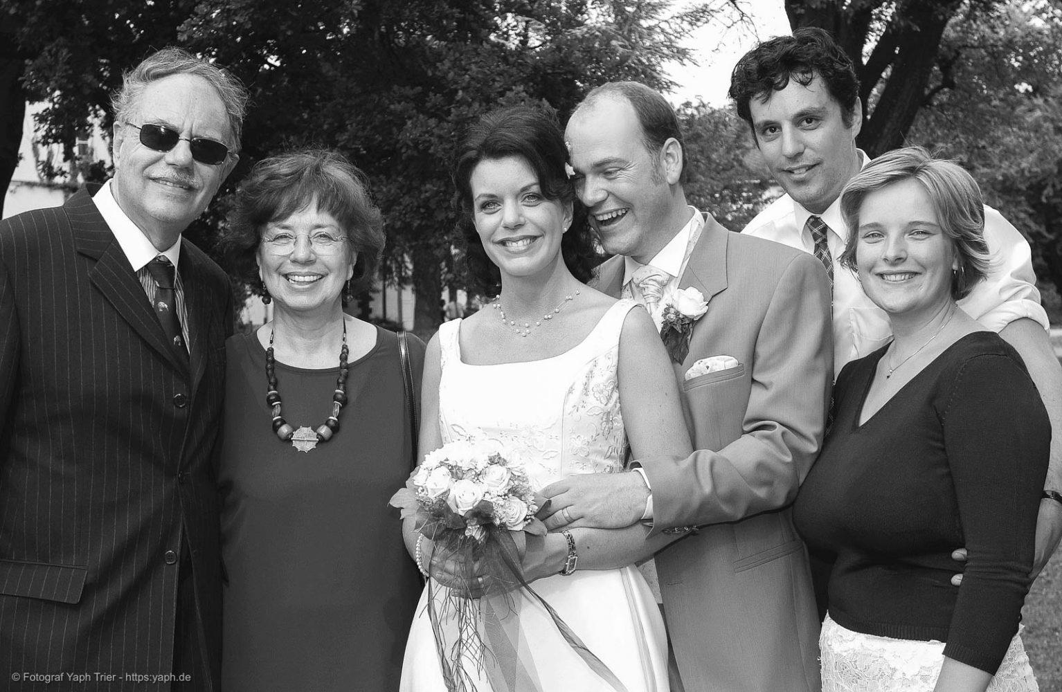 Hochzeitsfotos Mireille-Marco mit Verwandten im Nellspark Fotograf Trier - Yaph Nells Park