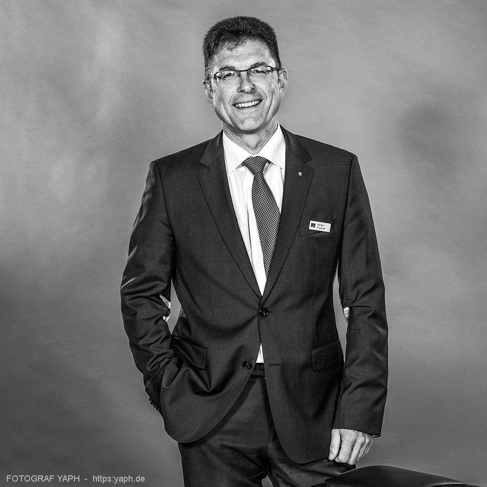 Norbert Friedrich Vorstand der Volksbank Trier, Porträt bei Fotograf Yaph