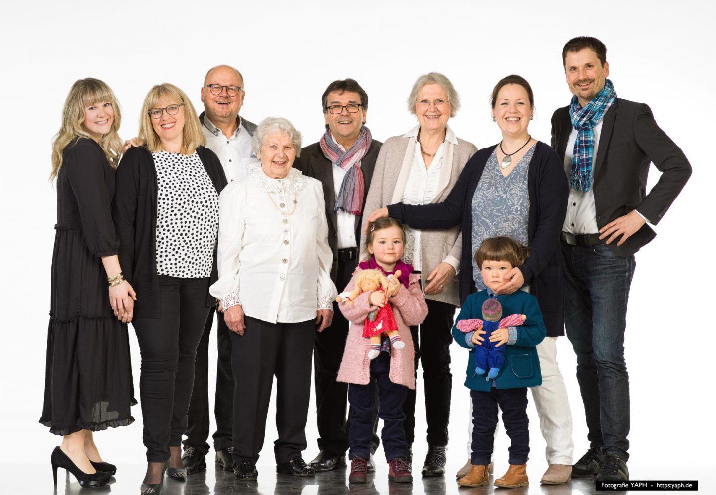 Fotoshooting für Familien im Fotostudio Yaph in Trier, Ein Familienfoto, auf dem jeder, jede sich gefällt.