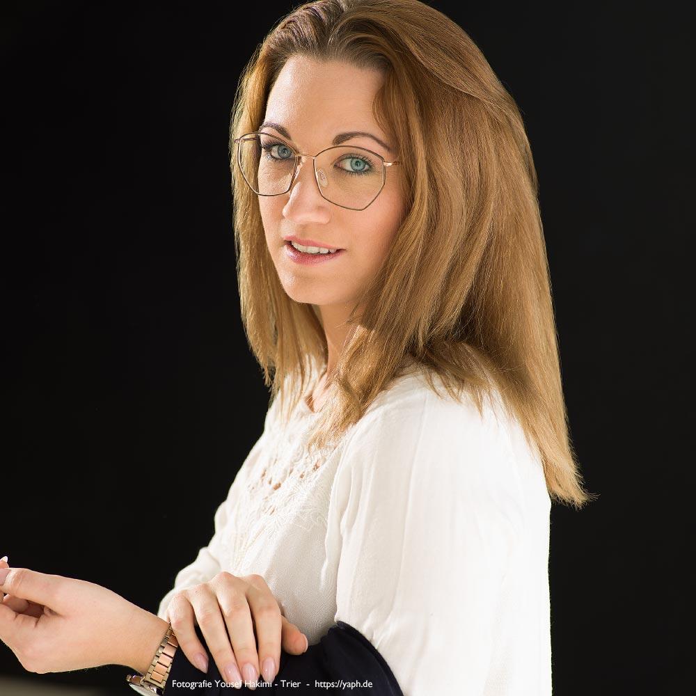 Bewerbungsfoto, Businessportrait und Fotograf für Profilbild für Social Media von Jasmin Schroeder bei Fotograf Trier Yaph