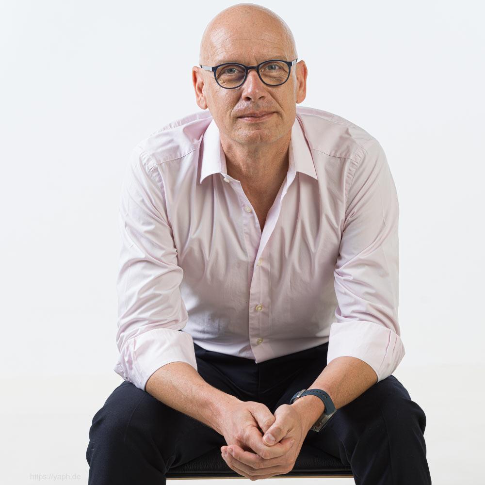Oliver Stümer - Profilfots für Social Media, Business portraits und Bewerbungsfotos im Fotostudio in Trier - yaph