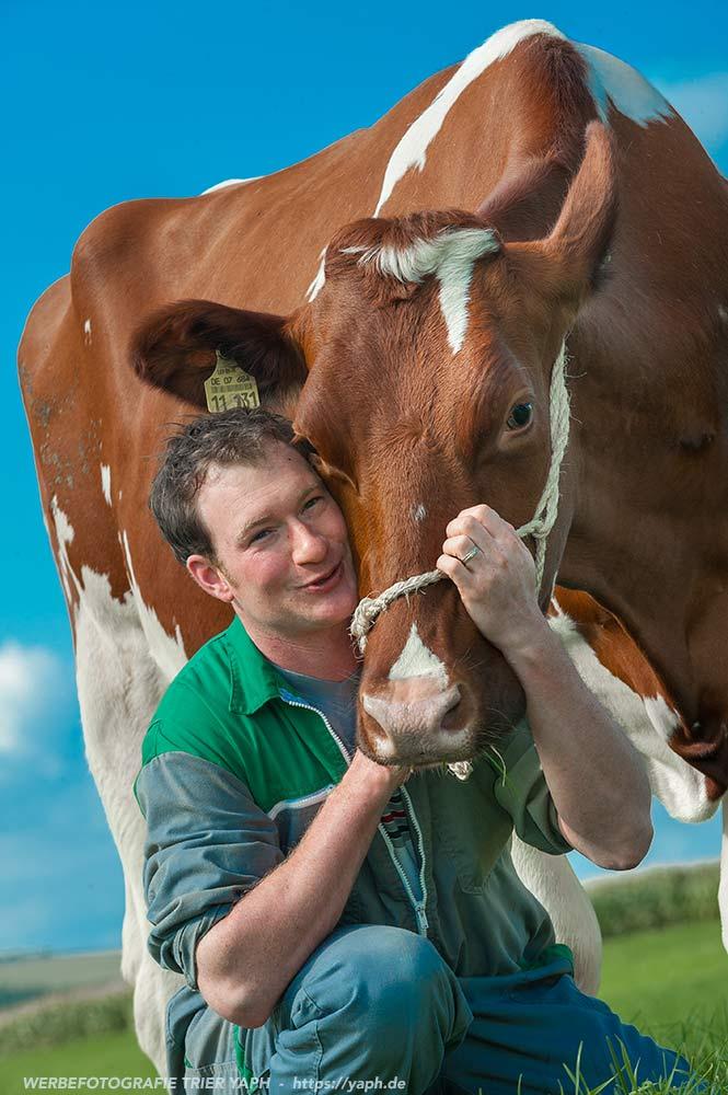 Milchbauer und seine Lieblingskuh - Werbefotograf Trier Yaph