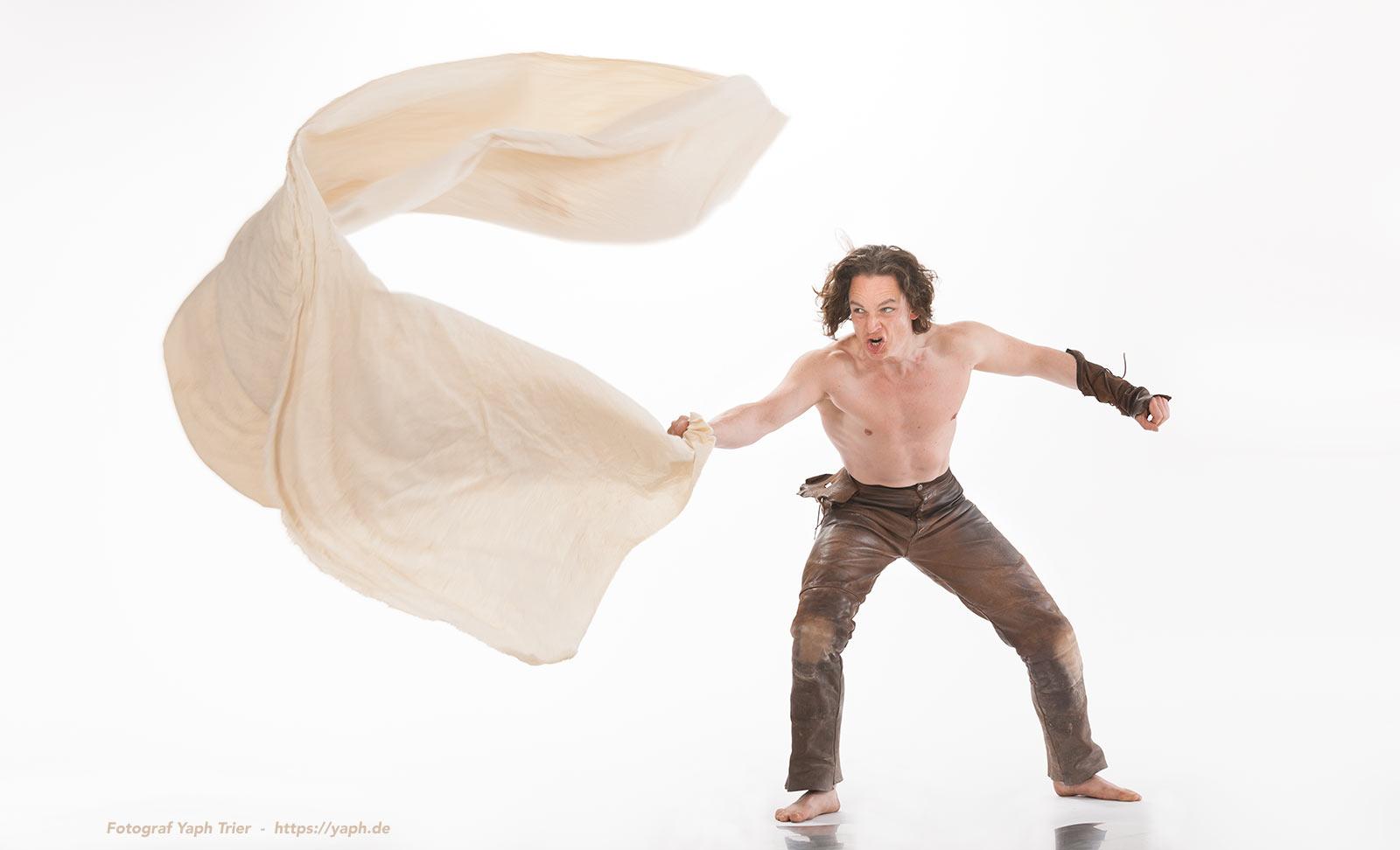 Werbefotografie Gladiator mit Tuch Werbung für Stadt Trier Fotograf Yaph