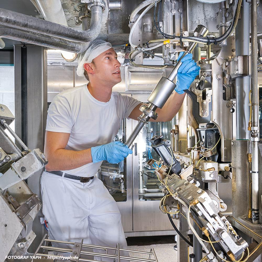 Techniker, Mechatroniker während der Arbeit an der Maschine - Photograph Trier-Yaph