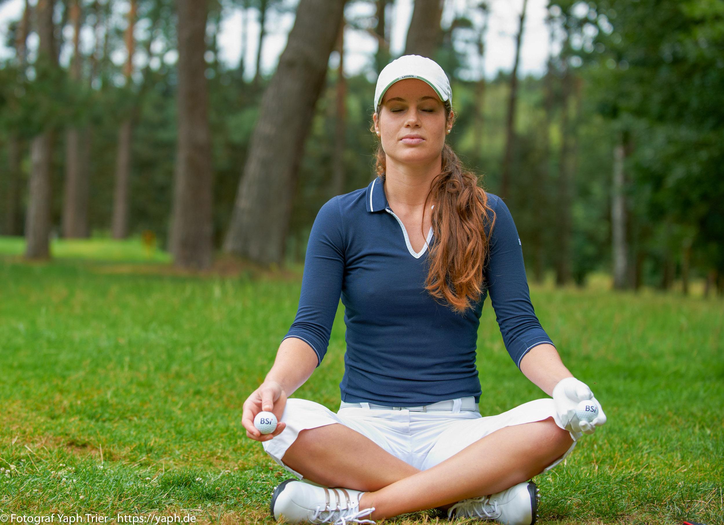 Liebelei Elena Lawrence - luxemburger Golfspielerin bei Fotograf Yaph - 10