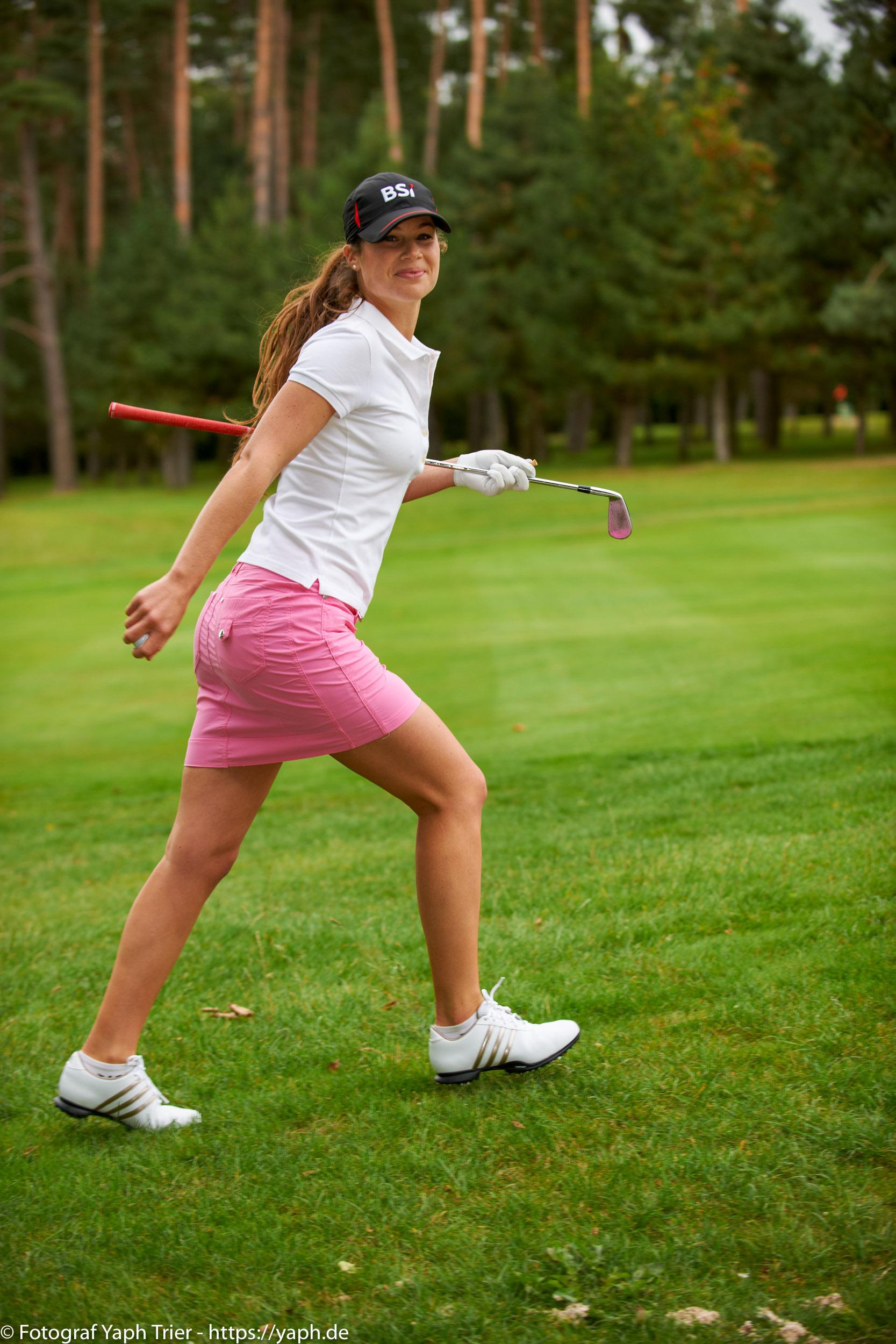 Liebelei Elena Lawrence - luxemburger Golfspielerin bei Fotograf Yaph - 23