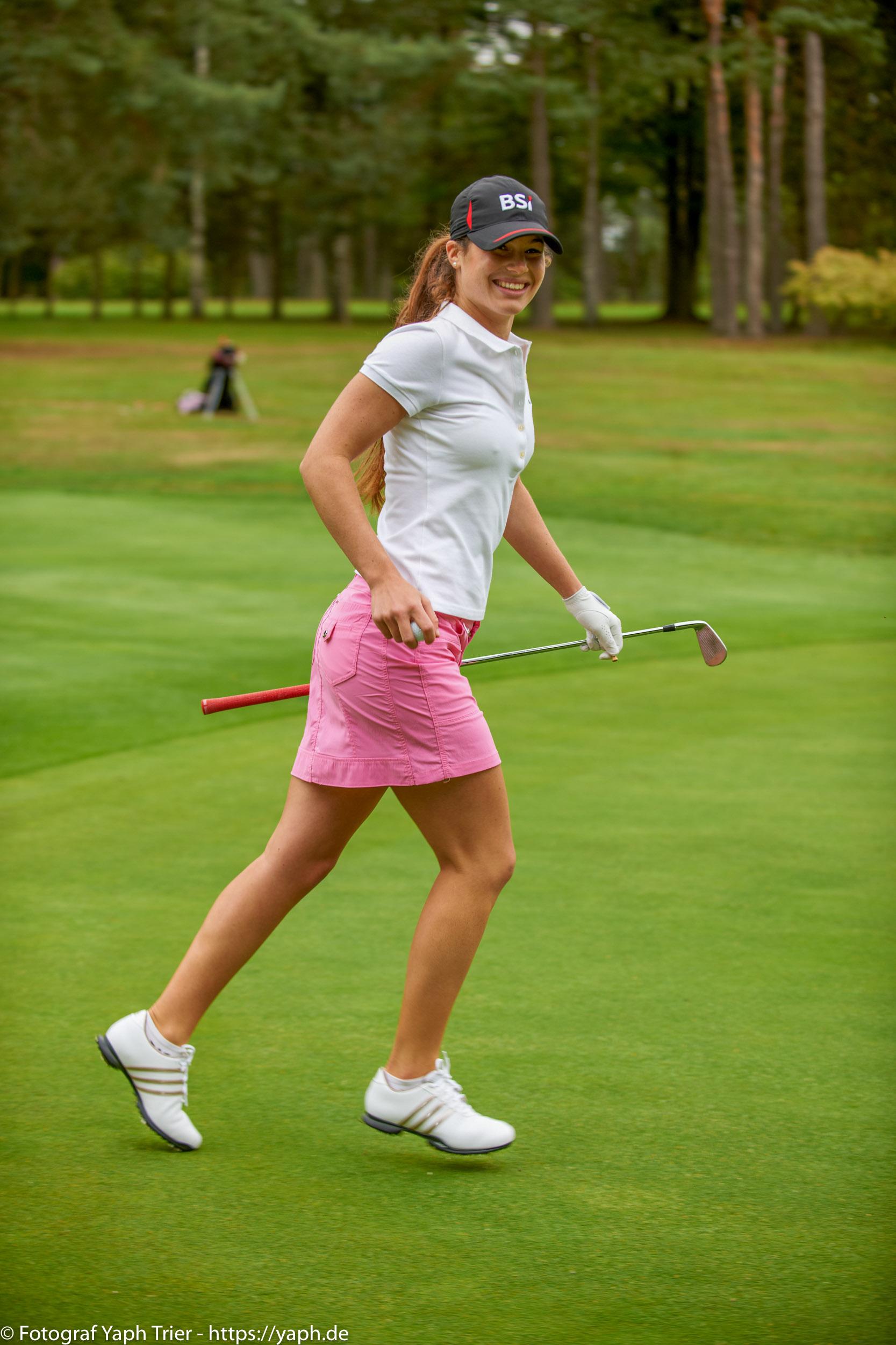 Liebelei Elena Lawrence - luxemburger Golfspielerin bei Fotograf Yaph - 24