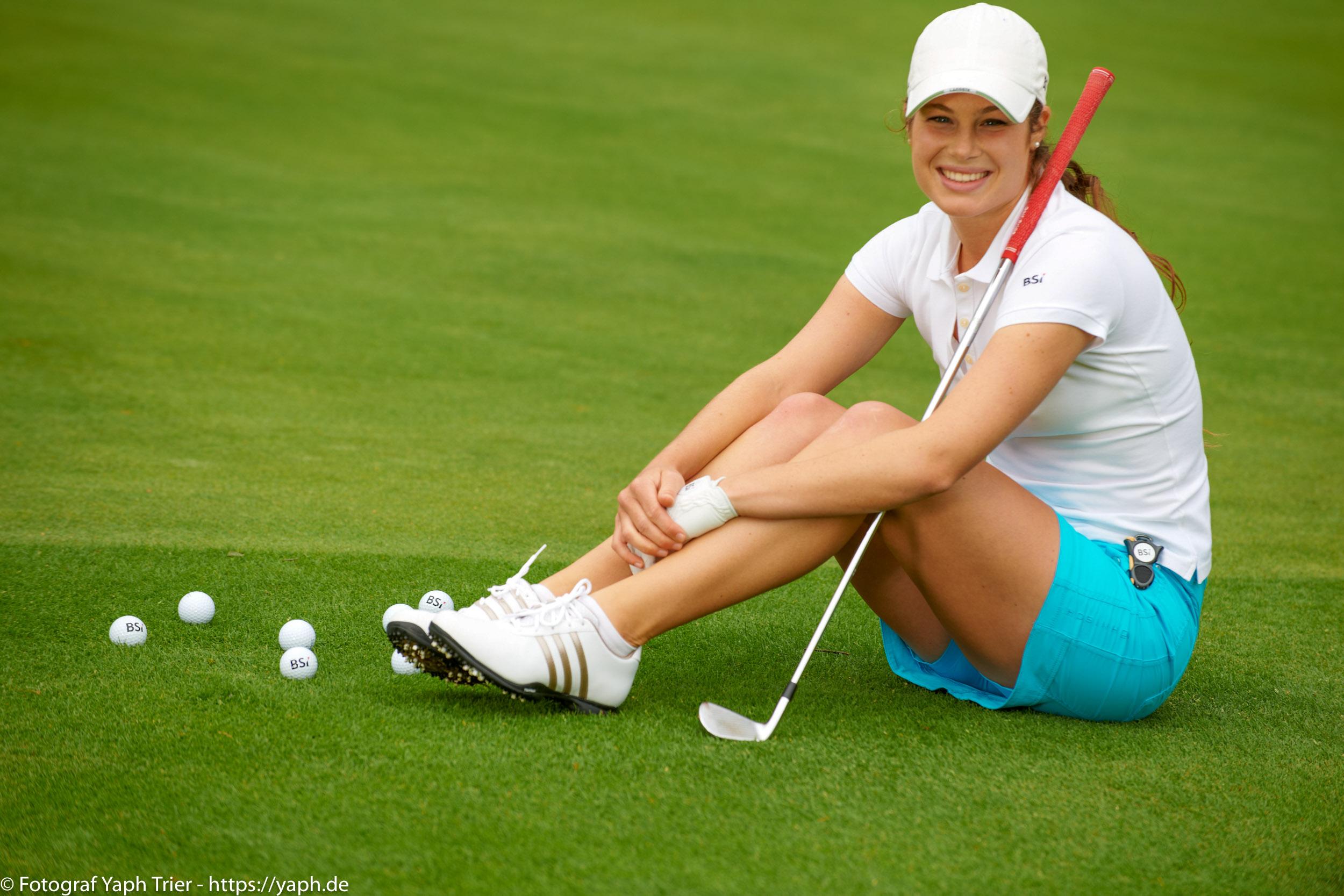 Liebelei Elena Lawrence - luxemburger Golfspielerin bei Fotograf Yaph - 30
