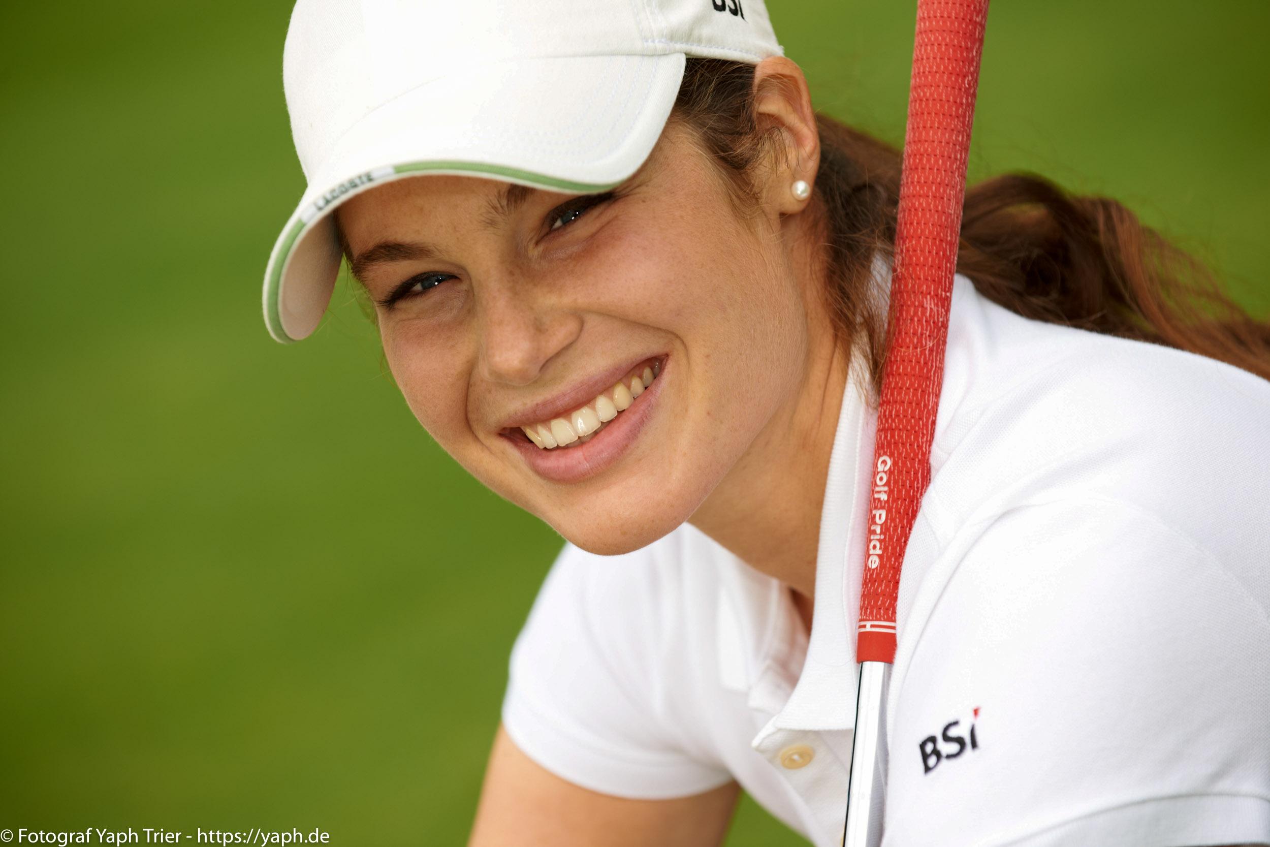 Liebelei Elena Lawrence - luxemburger Golfspielerin bei Fotograf Yaph - 31