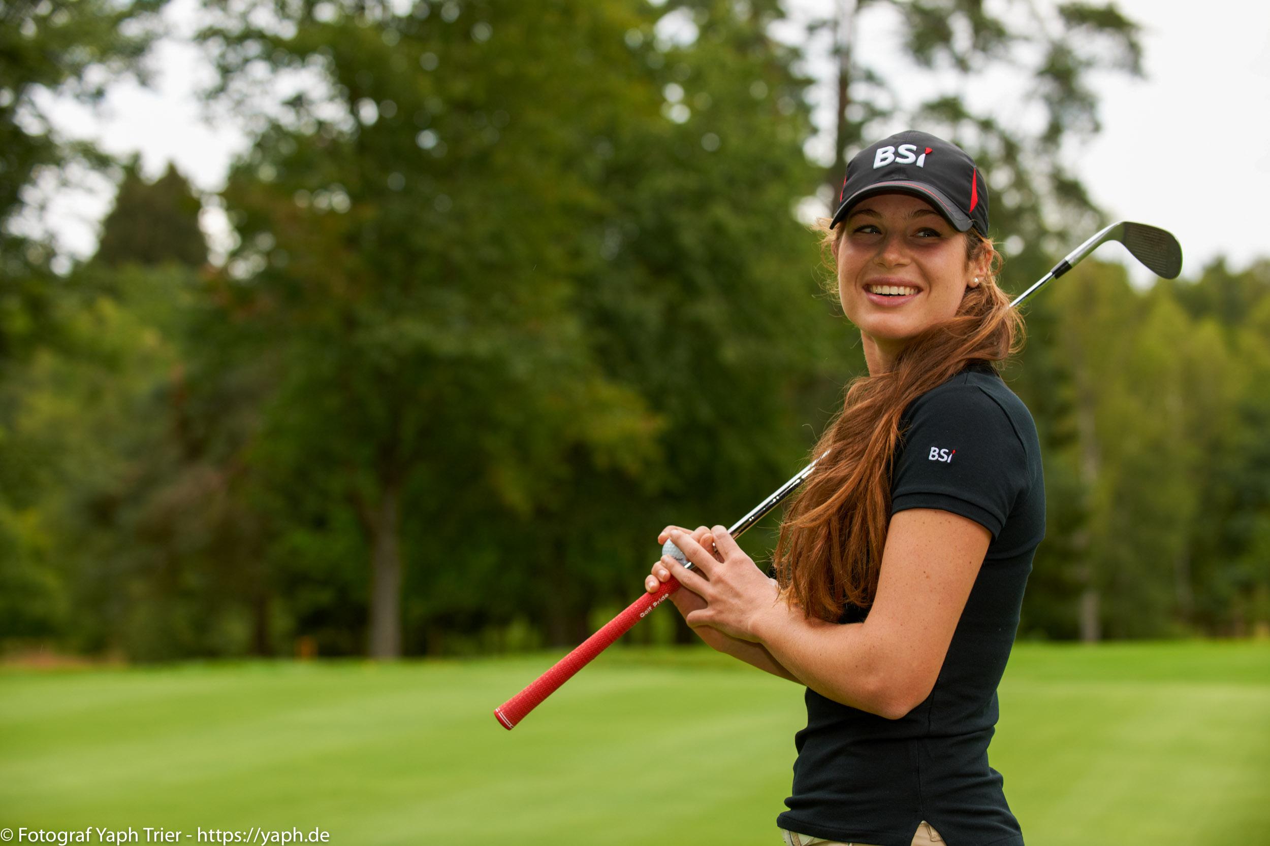 Liebelei Elena Lawrence - luxemburger Golfspielerin bei Fotograf Yaph - 43