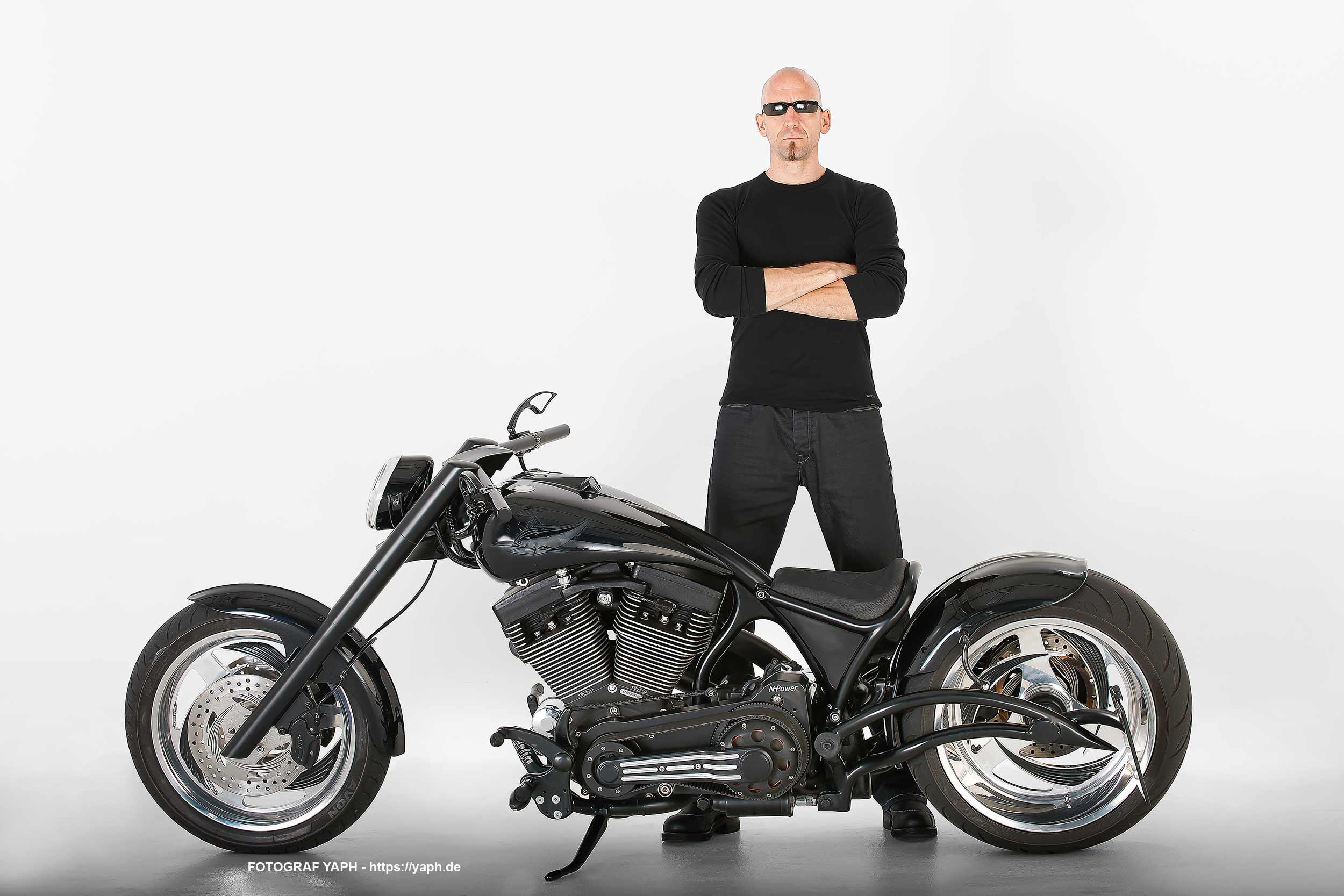 Rolf und sein Harley Davidson als Porträtfoto von Fotograf Yaph