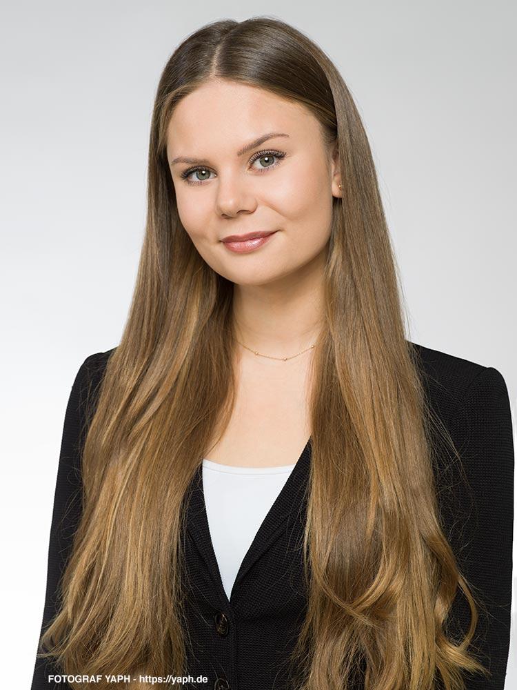 Bewerbungsfotos Trier Luisa - Business Fotos  und Mitarbeiter Portraits - Fotostudio Yaph