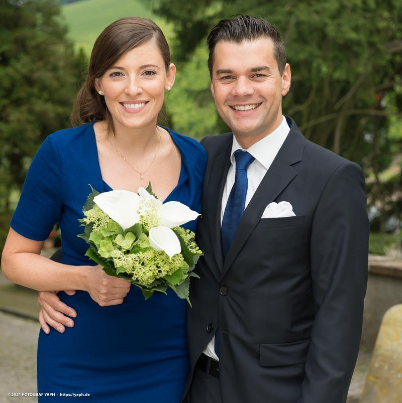Das Brautpaarfoto von Rebecca & Tom während der standesamtlichen Trauung in Ruwer