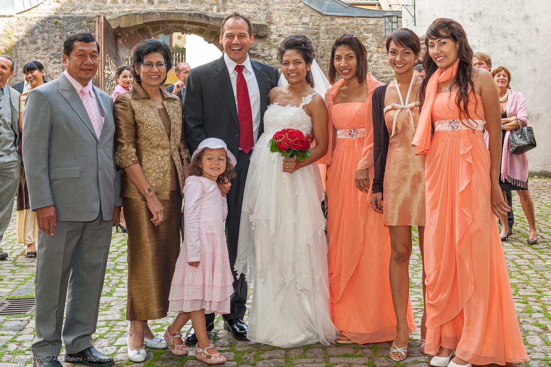 Fotos mit der Familie sind Motive für ein Fotobuch von der Hochzeit oder einen Hochzeitsbildband