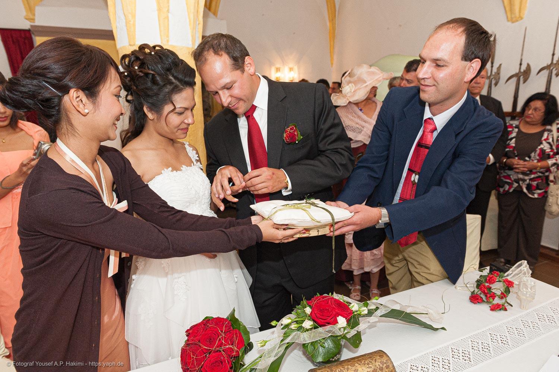 Lebendige Hochzeitsfotos von Fotograf Trier Yaph bei der Standesamtlichen Trauung