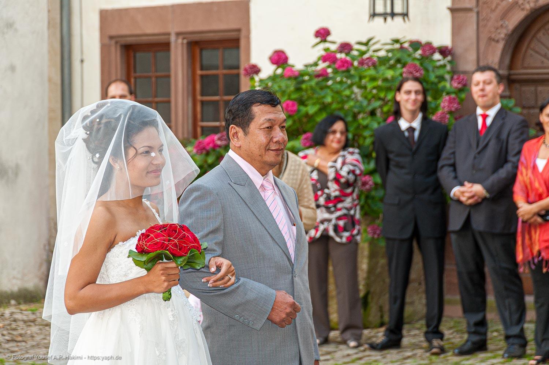 Die Braut mit dem Brautvater als Fotomotiv bei der Hochzeitsreportage