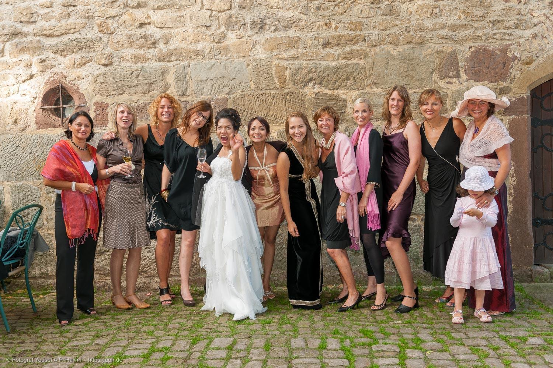 Fotos von der Braut und den Freundinnen sind beim Hochzeitsfotoshooting eine Augenweide