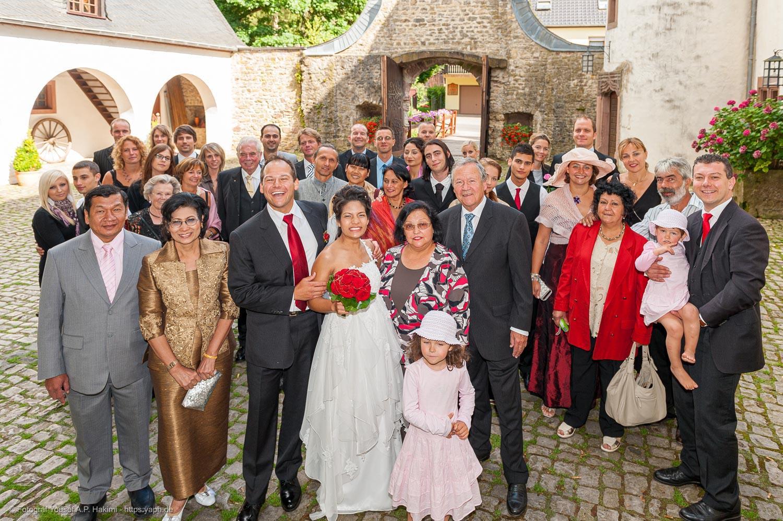 Gruppenfotos vor der Kulisse des Schlosses sind gut geeignet für die Danksagungskarten des Brautpaares