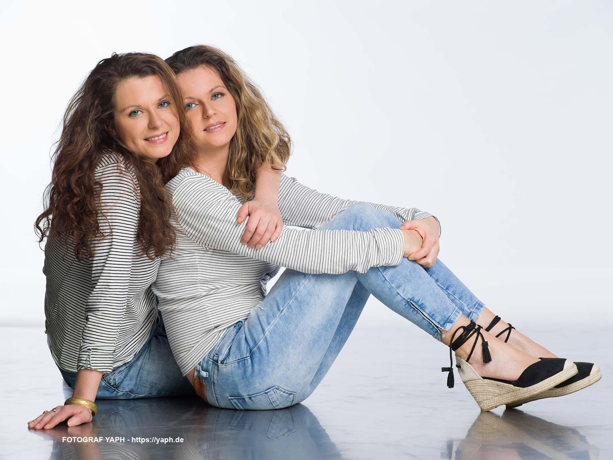 Beauty Fotoshooting mit zwei Zwillingsschwestern Anna und Lotte im Fotostudio Yaph