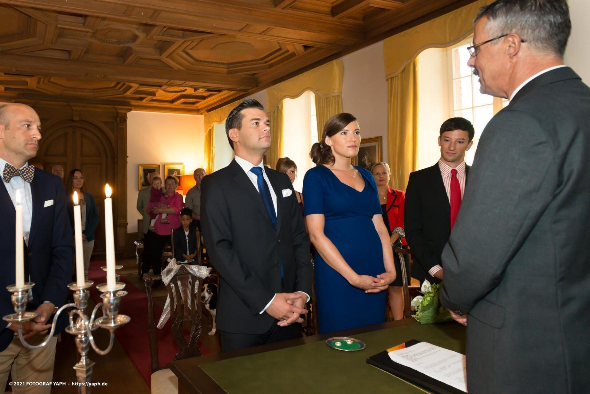 Standesamtliche Trauung Rebecca und Tom - Fotografiert von Yaph - Fotograf für Hochzeit in Trier.